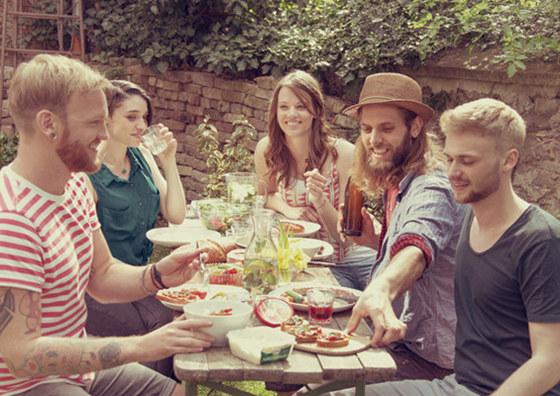 Das Abendessen mit Familie und Freunden genießen