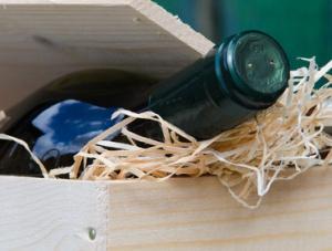 Weinflasche mit Zeitungspapier als Geschenk verpacken